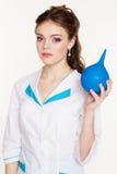 La enfermera bonita joven de la muchacha con el azul arroja a chorros en manos Fotos de archivo libres de regalías