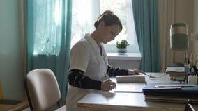 La enfermera en el hospital escribe Foto de archivo libre de regalías