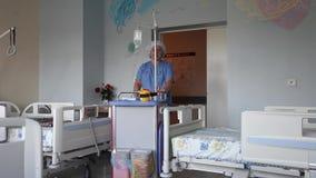 La enfermera entra en el cuarto paciente del ` s almacen de metraje de vídeo