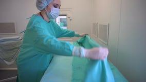 La enfermera está haciendo una cama médica almacen de metraje de vídeo