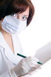 La enfermera llena una tarjeta del paciente no internado foto de archivo libre de regalías