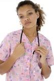 La enfermera negra joven agotada adentro friega sobre blanco Fotos de archivo libres de regalías
