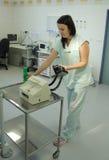 La enfermera prepara el defibrillator del corazón Imagen de archivo