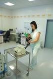 La enfermera prepara el defibrillator del corazón Foto de archivo libre de regalías