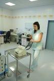 La enfermera prepara el defibrillator del corazón Fotografía de archivo