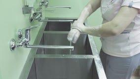 La enfermera quirúrgica que se lava las manos almacen de video