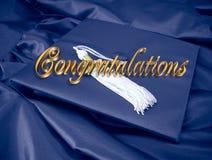 La enhorabuena gradúa el azul de la tarjeta Imagenes de archivo
