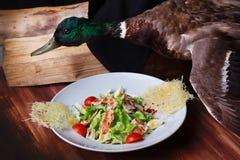 La ensalada César asó a la parrilla el pollo y las patatas a la inglesa del parmesano platean el pato inmóvil de la vida, relleno Foto de archivo libre de regalías