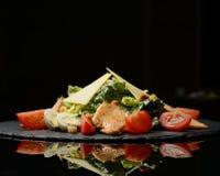 La ensalada César con la pechuga de pollo asada a la parrilla los cuscurrones ralló el queso parmesano y la lechuga Cos con la sa imagen de archivo