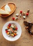 La ensalada César sana fresca con chiken en la tabla de piedra imagen de archivo libre de regalías
