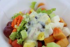 La ensalada come el cuerpo sano Fotografía de archivo libre de regalías