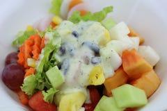 La ensalada come el cuerpo sano Fotografía de archivo