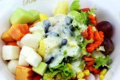 La ensalada come el cuerpo sano Foto de archivo libre de regalías