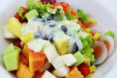 La ensalada come el cuerpo sano Fotos de archivo