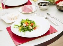 La ensalada con las nueces del rucola y de pino Imagen de archivo