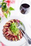 La ensalada con las rebanadas de pechuga de pato con las manzanas y la ensalada debajo del arándano sauce fotografía de archivo libre de regalías
