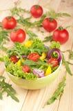 La ensalada con los tomates sazona con pimienta y las cebollas Imagenes de archivo