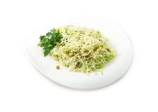 La ensalada de col con los guisantes verdes Imagen de archivo libre de regalías