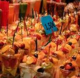 La ensalada de fruta arregló en tazas plásticas en el mercado de Boqueria en B foto de archivo libre de regalías