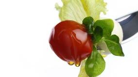 La ensalada de la lechuga de la bifurcación se va, tomate y mozzarella rematados con el aceite de oliva aislado en blanco metrajes