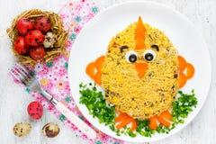 La ensalada de Pascua formó el pollo divertido de Pascua - idea divertida para Pascua Imagen de archivo libre de regalías