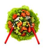 La ensalada de tomates, de pepinos y del eneldo en lechuga se va con una cuchara y una bifurcación Fotografía de archivo libre de regalías