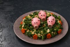 La ensalada del Año Nuevo adornó cerdos del huevo hervido imagenes de archivo
