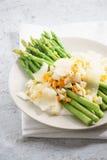 La ensalada del espárrago con la migaja hirvió el huevo y el queso parmesano foto de archivo libre de regalías