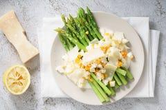 La ensalada del espárrago con la migaja hirvió el huevo y el queso parmesano fotografía de archivo libre de regalías