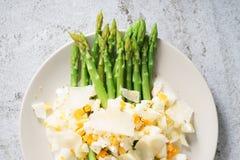 La ensalada del espárrago con la migaja hirvió el huevo y el queso parmesano fotos de archivo libres de regalías