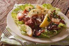 La ensalada deliciosa con el tocino frito, cebolla, guisó la manzana y la cabra c Foto de archivo
