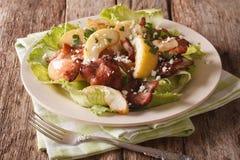 La ensalada escandinava con el tocino frito, cebolla, guisó la manzana y el goa Imagen de archivo
