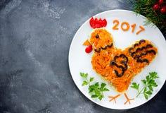 La ensalada festiva formó símbolo del gallo o del gallo del Año Nuevo 2017 Fotografía de archivo libre de regalías