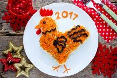 La ensalada festiva formó símbolo del gallo o del gallo del Año Nuevo 2017 encendido Fotos de archivo