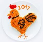 La ensalada festiva formó símbolo del gallo o del gallo del Año Nuevo 2017 encendido Imagenes de archivo