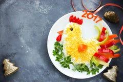 La ensalada festiva formó símbolo del gallo o del gallo del Año Nuevo 2017 encendido Foto de archivo libre de regalías