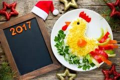 La ensalada festiva formó símbolo del gallo o del gallo del Año Nuevo 2017 encendido Imagen de archivo libre de regalías