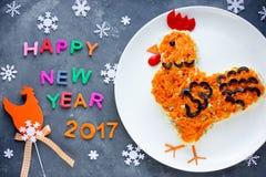 La ensalada formó símbolo del gallo o del gallo del Año Nuevo 2017 Imagenes de archivo