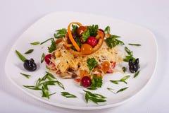 La ensalada fresca clasificó con las setas, las verduras, la carne, verdes y queso Foto de archivo
