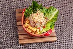 La ensalada fresca con las habas del lupini y los pescados crudos sirvió con la hoja de la lechuga en cuenco fotografía de archivo