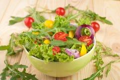 La ensalada fresca con los tomates sazona con pimienta y las cebollas Foto de archivo libre de regalías
