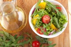 La ensalada fresca con los tomates sazona con pimienta y las cebollas Foto de archivo