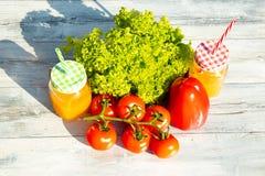 La ensalada fresca sana, los tomates, la paprika y dos vidrios llenaron los wi Imágenes de archivo libres de regalías