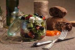 La ensalada griega sirvió en el tarro de cristal con los ingredientes Fotografía de archivo
