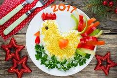 La ensalada linda formó el gallo por el Año Nuevo 2017 Imagen de archivo libre de regalías