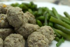 La ensalada mezclada con las albóndigas vegetarianas corta el brote del rábano y de la soja imagen de archivo