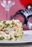 La ensalada tradicional del Año Nuevo más olivier Imágenes de archivo libres de regalías