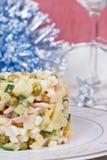 La ensalada tradicional del Año Nuevo más olivier Foto de archivo