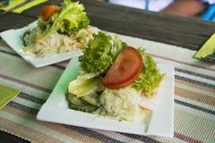 La ensalada vegetal de la mezcla y la salsa amarga sirven con el filete en la placa de cerámica Fotografía de archivo