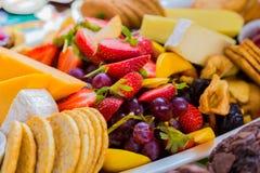 La ensalada y el queso de fruta suben en la comida campestre del festival de primavera Foto de archivo libre de regalías